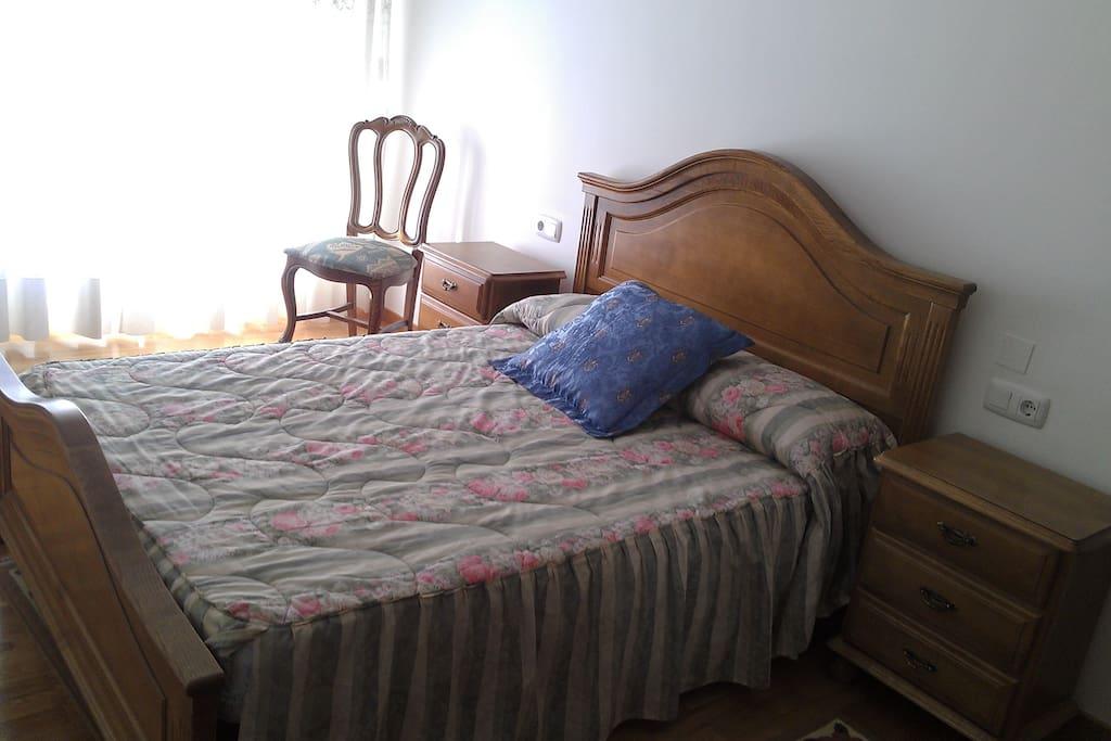 Dormitorio principal con baño y armario empotrado