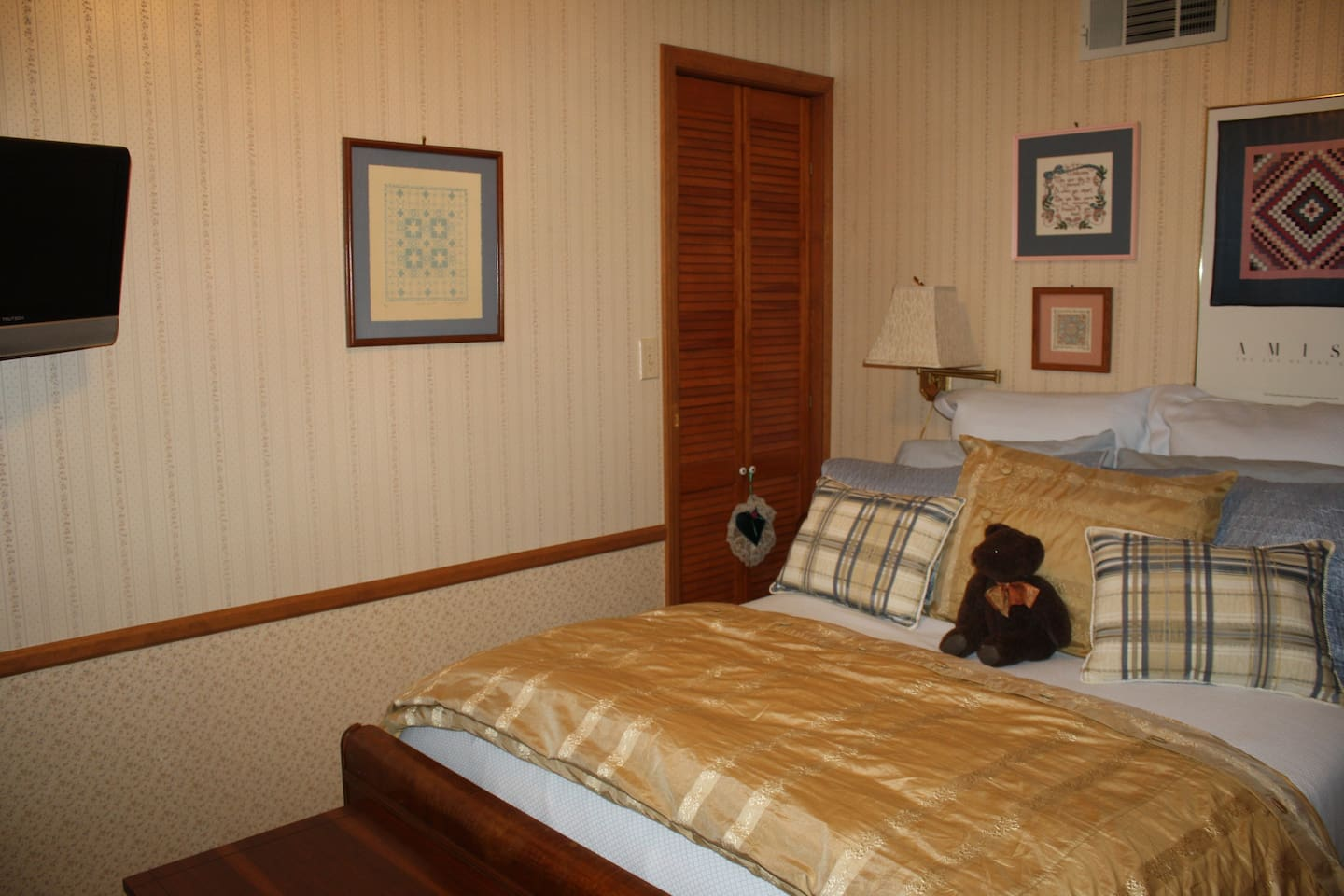 This lovely 3-room suite has a private entrance and all that you need for a great stay!