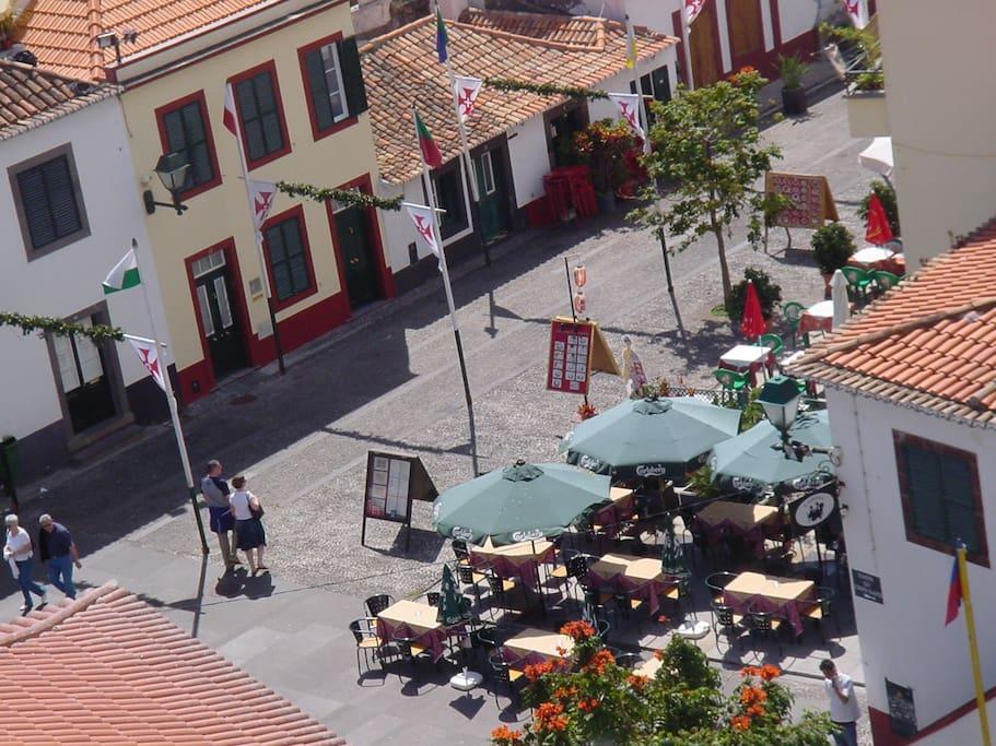 View from the rooftop terrace to the restaurant area / Vista do terraço sobre a zona de restaurantes