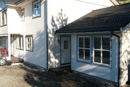 Koselig leilighet ved sjøen 50 min fra Bergen - Lindas - Apartamento