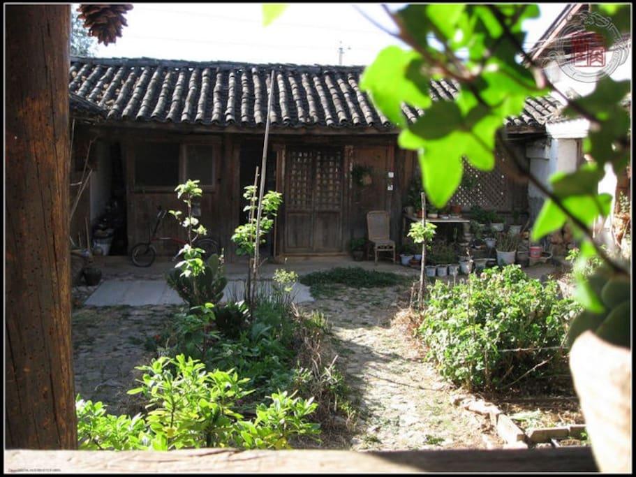 院落及大客房方向,整个院子包括主人只能住四个人,安静古朴。