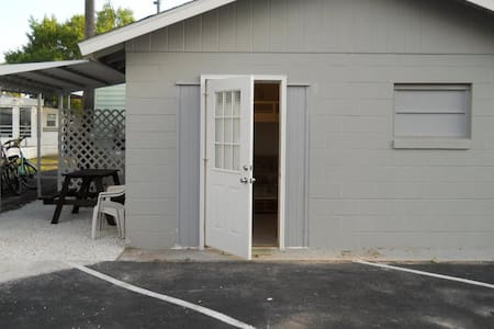 Tiny house   Private efficiency apt - Pis