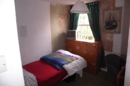 Cosy single room in Town House - Bedford
