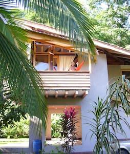 Mermaid House - Playa Chiquita - Huis