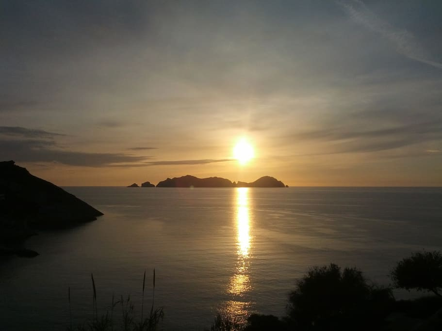 The sun goes down over Palmerola Island and you can look forward to another day.