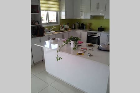 Modern double bed room with private bathroom - Lakatamia - Apartamento