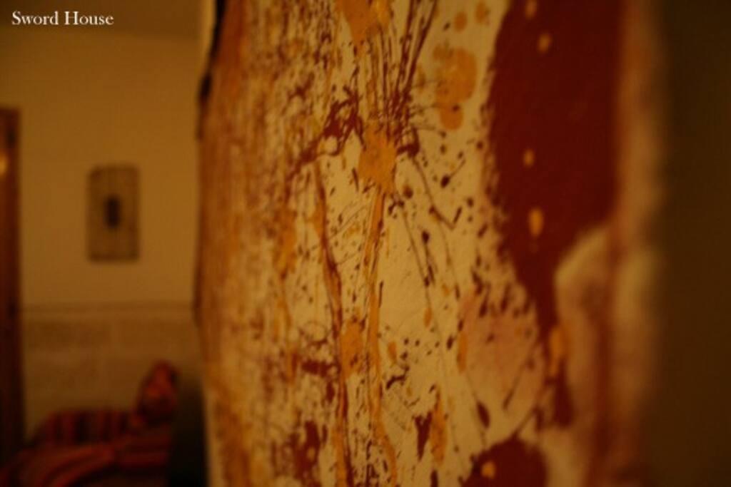 Salone soggiorno grande con camino - la casa è arredata con opere di recycle art che sono in vendita