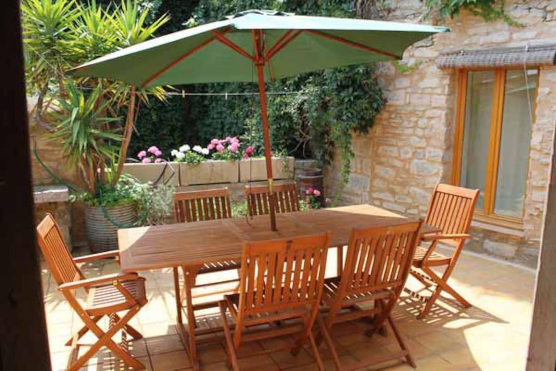 Cuisine et Salon ouvre sur la terrasse ensoleilée