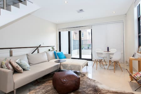 Room in a gorgeous Townhouse-Glebe