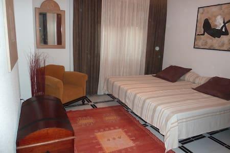 Nice room - villa pool 20mn Granada - Padul - Wikt i opierunek