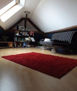 Chambre privée lumineuse et spacieuse sous toit. - Pierre-Buffière - Huis