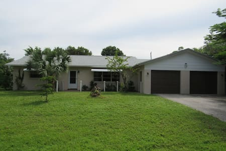 Spacious Bungalow in Tropical Garden - Punta Gorda - 一軒家