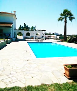 LUXURY HOUSE WITH SWIMMING POOL - Latsia - Dom