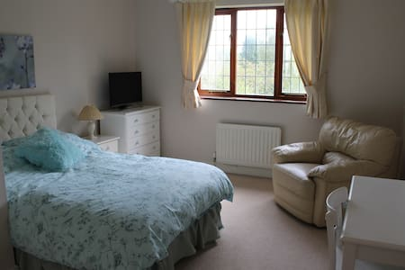 Beautiful Double Bedroom for ladies only - West Sussex - Дом
