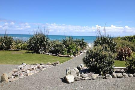 Tasman West - on the beach! - Barrytown - Pension