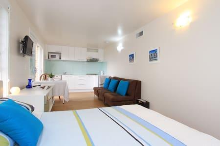 Allambie Studio Apt - Luxury Pool! - Apartment
