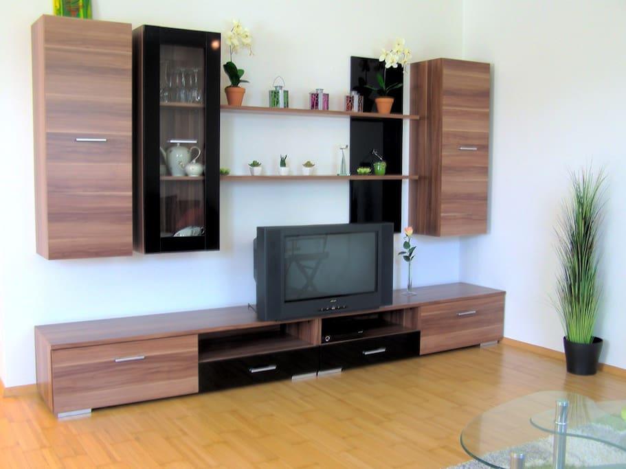 Wohnzimmer Kommode und SAT TV