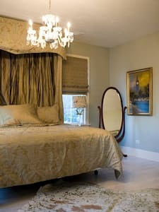 The Versailles Room at The Bay Bed & Breakfast - Appartamento