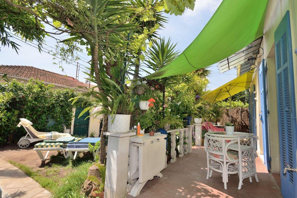 Jardin avec terrasse privative pour chaque chambres.