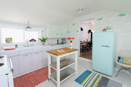 Cute, Retro Cottage on the Westside