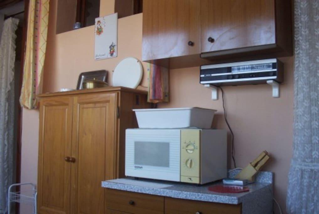 armadio forno e mobile pensile della cucina