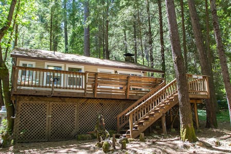 Charming cabin w/ wrap around deck - Rumah