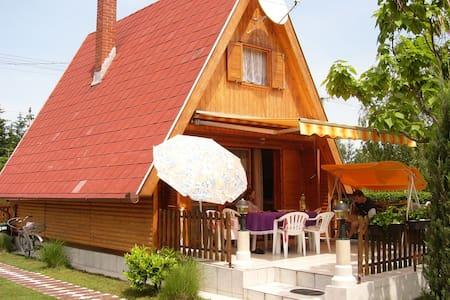 Cozy wooden house 101 mi Terrace