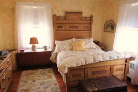 Lovely bedroom in  100yr farmhouse! - Szoba reggelivel