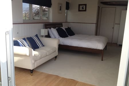 Snug & warm luxury boathouse on the river - Cookham - Cabin