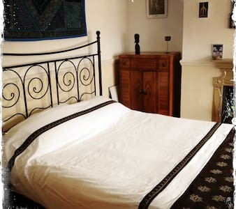 Private double room in quiet house