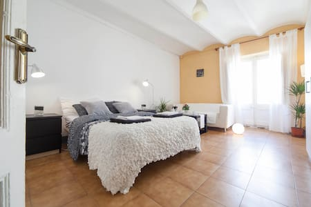 Rent spacious and bright double room with balcony & breakfast incluided in San Pau street .10 m. from the famous Ramblas, the heart of the historic center of Barcelona.