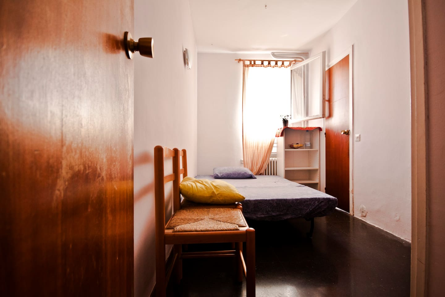 The small bedroom - Ideal for a solo traveller. Can also host a couple but only for a few nights, as the room is quite small.