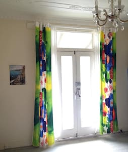 Sunny master bedroom with balcony - Leichhardt - Hus