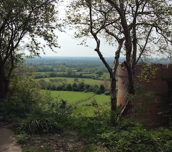 STUNNING VIEWS, converted barn. - Maidstone - House