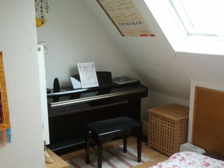 The bedroom with an e-piano