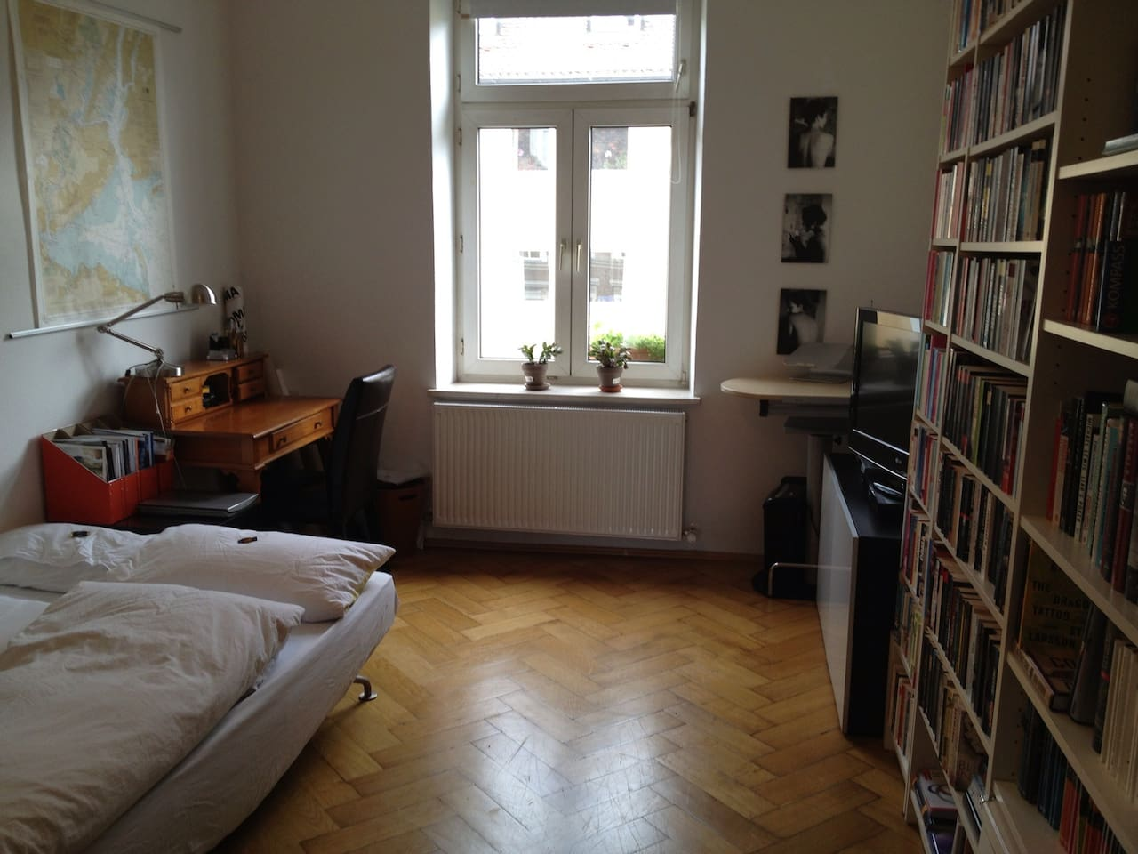 Gästezimmer mit TV und Bücherwand