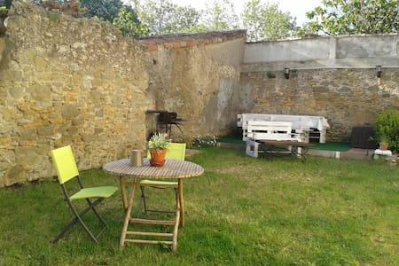 Maison ensoleillée avec jardin dans un village - Dům