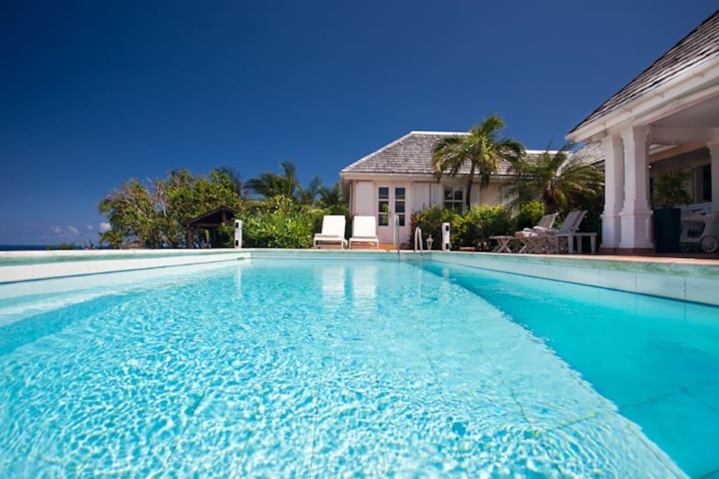 La piscine est chauffée .