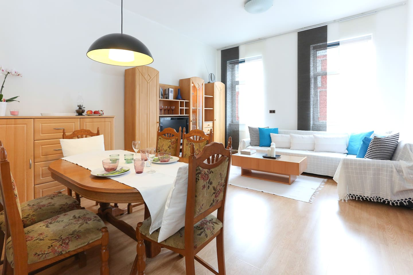 spacious living room with dinging table for 6 persons