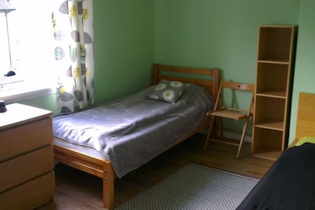 a bedroom with two single beds - Bed & Breakfast