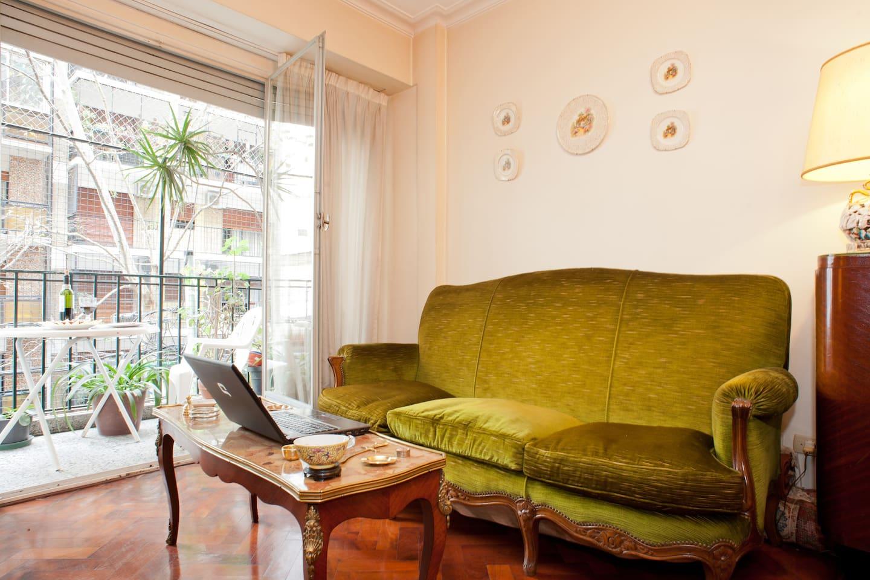 El balcon da a la calle, y el huesped puede disfrutar allí de una picada con vino Tinto