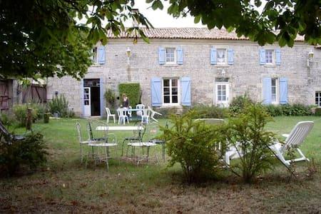 Vaste ferme en pierre, début XIXe - House