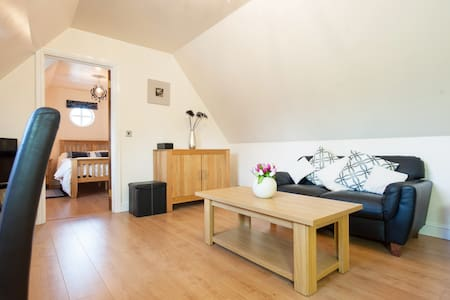 Two Storey Detached Modern Self-Catering Lodge - Shawell, Lutterworth - Apartment
