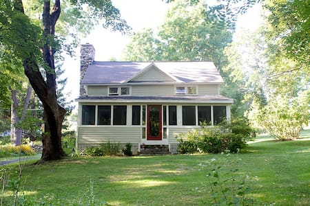 Cozy Farmhouse on Quiet Country Rd - Chatham