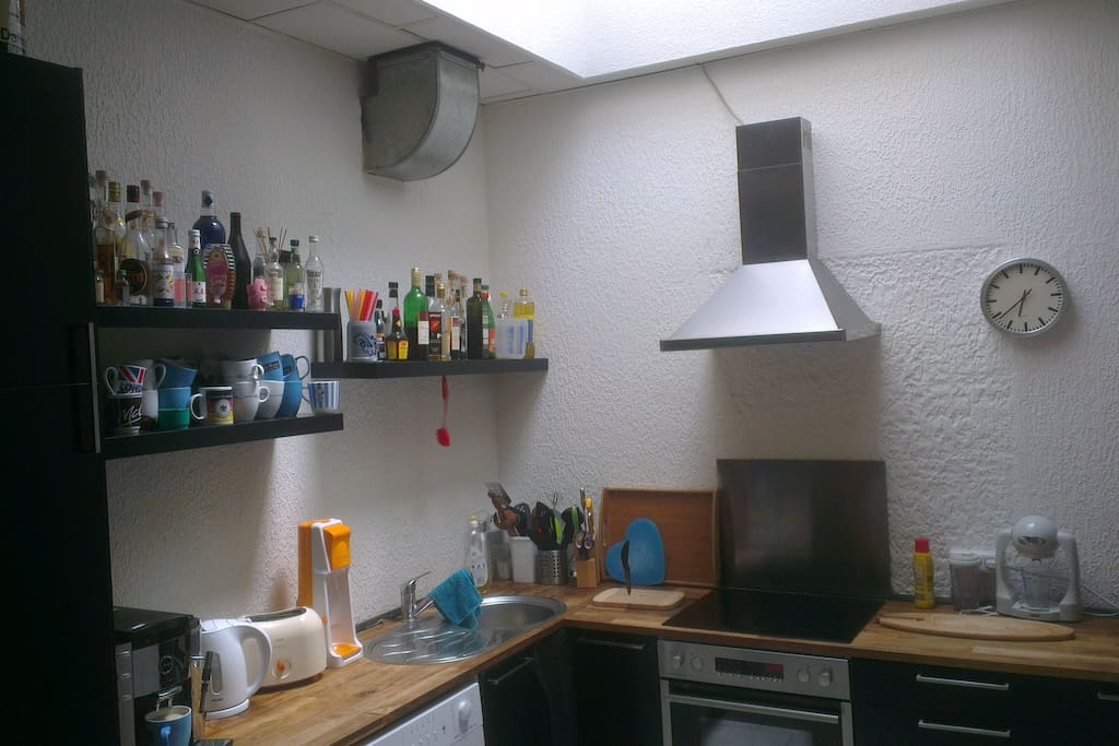 Küche, für Selbstversorger: Herd, Backofen, Mikrowelle, Smoothie-Maker, Toaster, Wasserkocher