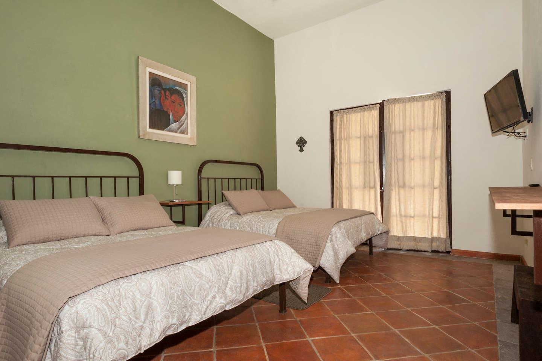 Habitación limon cuenta con 2 camas queen y baño dentro del desarrollo Villas Acuarela en San Miguel de Allende