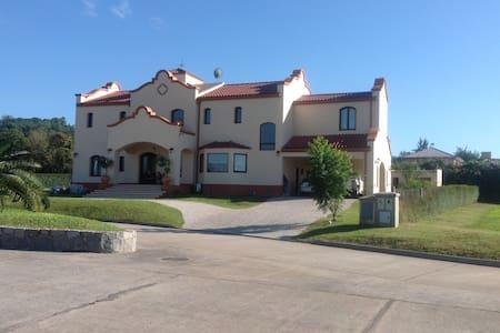 Habitación al pie del cerro San Javier - Yerba Buena - Casa