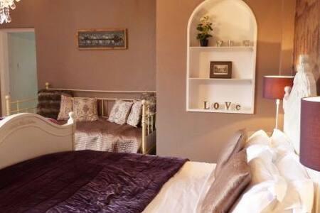 Family Room, Peaceful Grade II Listed House - Mollington