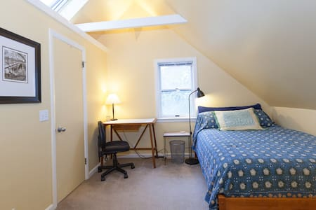 Walk To Harvard, private bed & bath - Somerville - House
