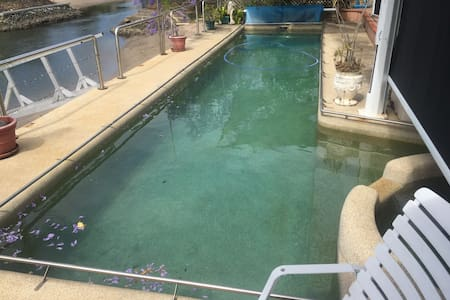 Private room with pool access - Surfers Paradise - Bed & Breakfast